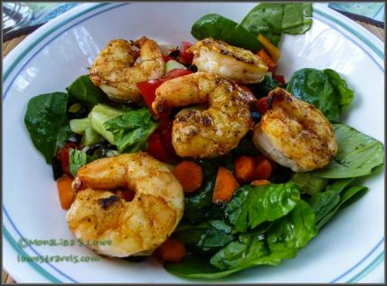 Salad with cajun-spiced prawns